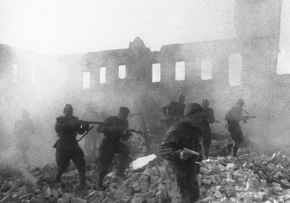 Soviet soldiers engaging e in local fighting approaching the city of Dmitrov-Orlovsky in the Battle of Kursk