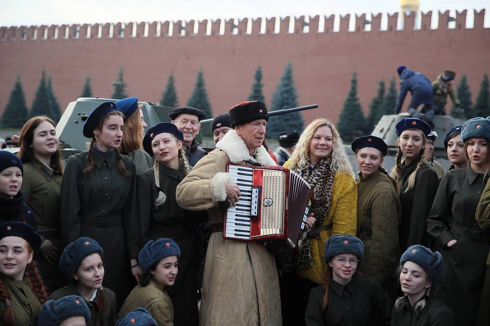 Military servicemen passed through Red Square clad in replica 1941 military uniforms