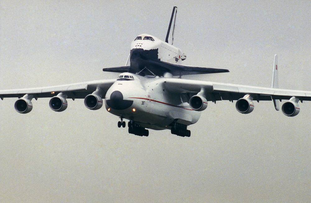 Mria aircraft carries the Soviet space shuttle Buran, flying over Le Bourget airport, north of Paris before it lands on the tarmac for the display at the 1989 Le Bourget Air Show on June 7, 1989