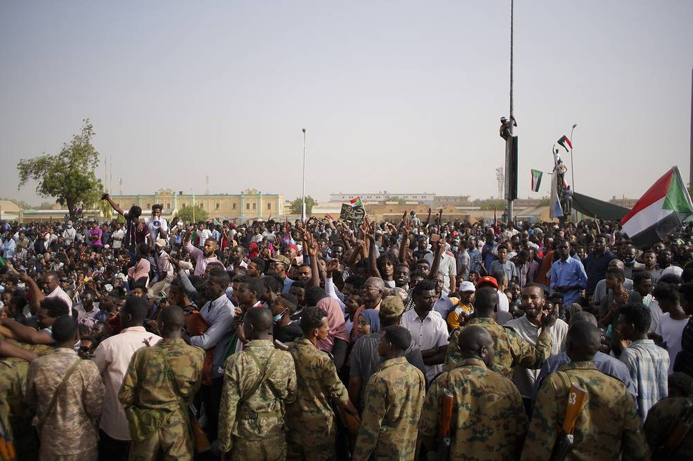 Demonstrators demanding the departure of Sudanese President Omar al-Bashir outside the Sudanese Army headquarters in Khartoum