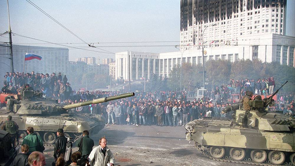 Tanks in front of the White House. Photo ITAR-TASS/ Igor Zotin
