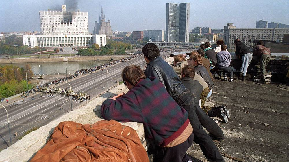 Muscovites overlook siege of the White House. Photo ITAR-TASS/ Igor Zotin