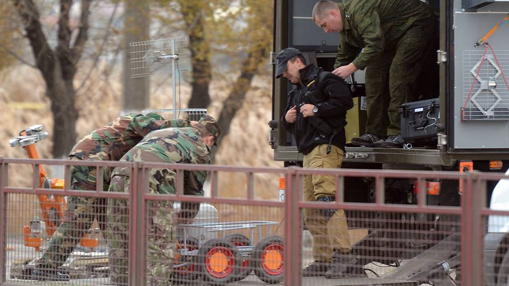 Bomb disposal experts at the site of a bus blast in Lazorevaya Street. Photo ITAR-TASS/ Dmitry Rogulin