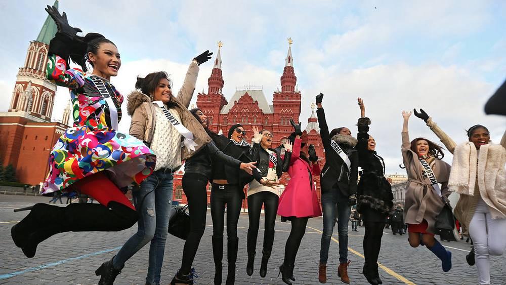 Участницы во время прогулки по Москве. Фото EPA/SERGEI ILNITSKY