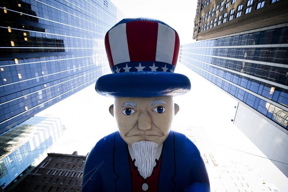 Воздушный шар в виде Дяди Сэма во время распродаж в Нью-Йорке