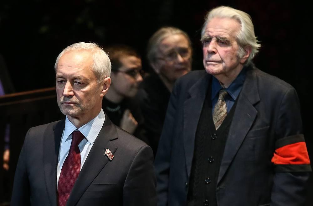 Актер, режиссер Евгений Герасимов (слева) на церемонии прощания