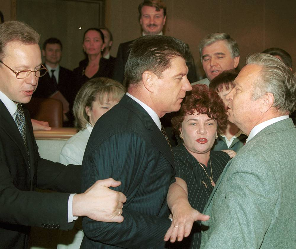 Драка между Георгием Тихоновым (справа) и Владимиром Брынцаловым (в центре) на заседании Госдумы, 2001 г.