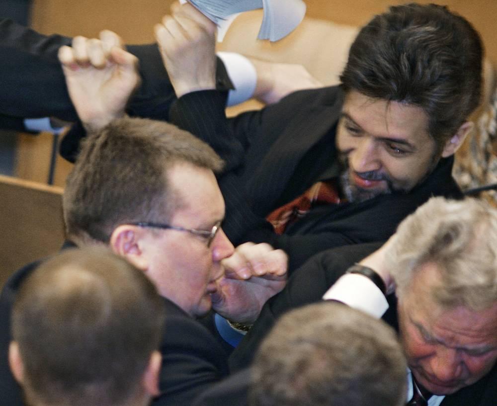Член фракции ЛДПР Андрей Головатюк и члены фракции «Родина» Андрей Савельев и Иван Викторов (слева направо) во время драки на заседании Госдумы, 2005 г.