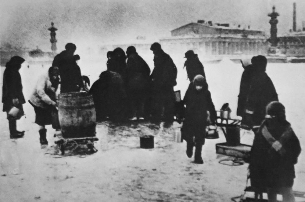 Люди  берут воду на Неве. Ленинград. Зима 1941-1942 гг.