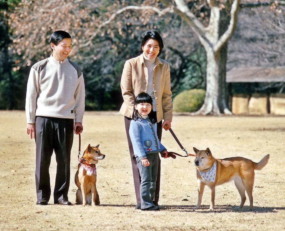 Принц Нарухито, его жена принцесса Масако и их дочь принцесса Айко в саду своей резиденции. 2006 год