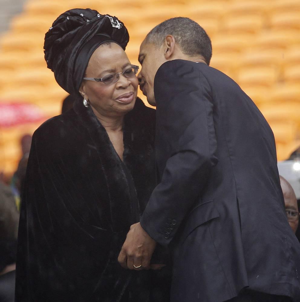 Барак Обама приветствует вдову Нельсона Манделы Грасу Машел