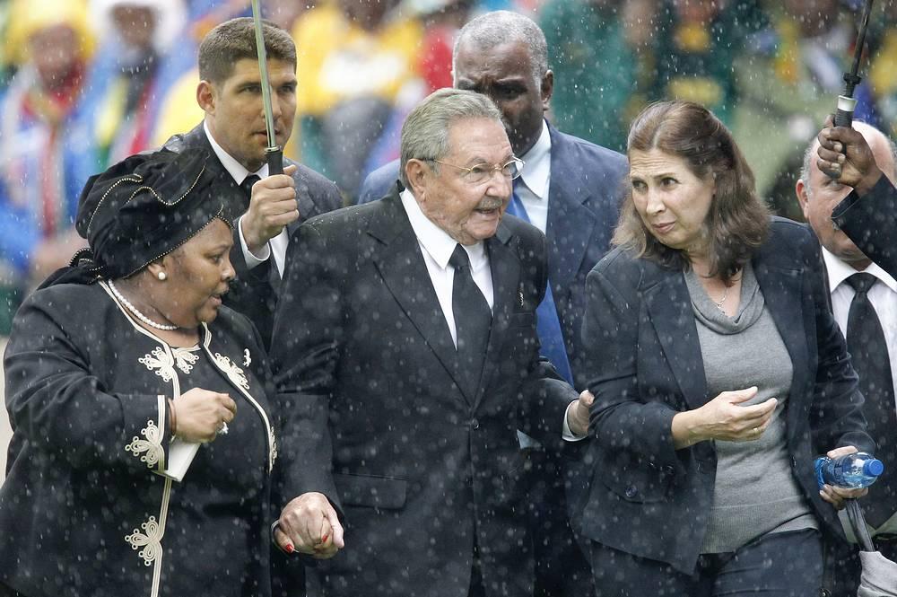 Президент Кубы Рауль Кастро на церемонии прощания с Нельсоном Манделой