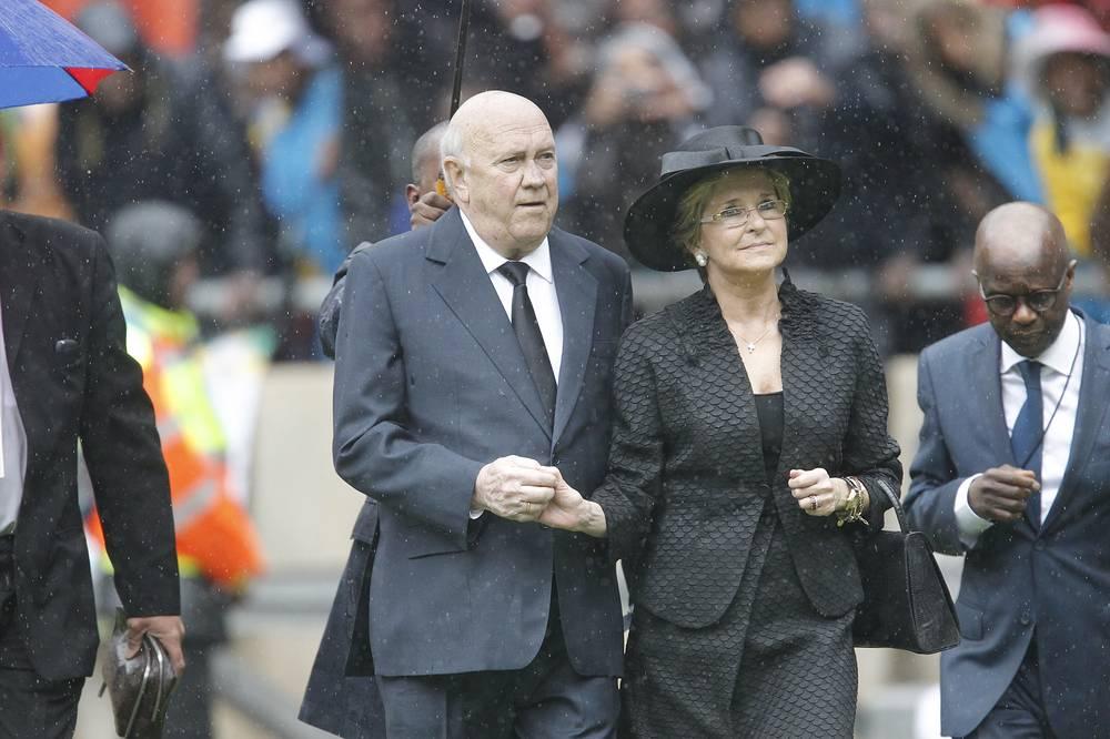 Лауреат Нобелевской премии мира Фредерик Виллем де Клерк с супругой на церемонии прощания с Нельсоном Манделой