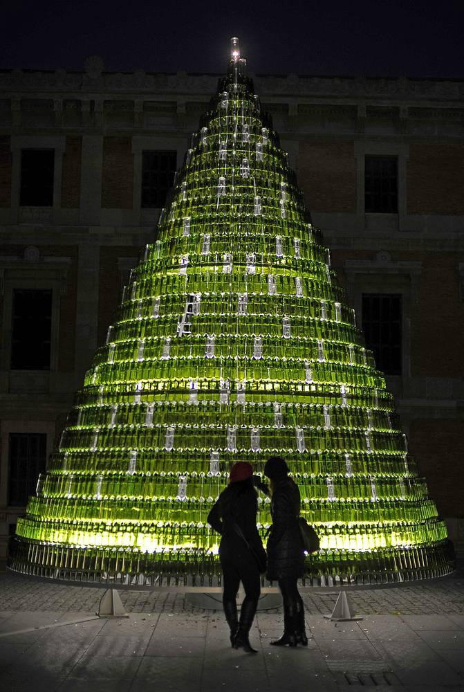 Рождественская ель из утилизированных бутылок в испанском городе Памплона