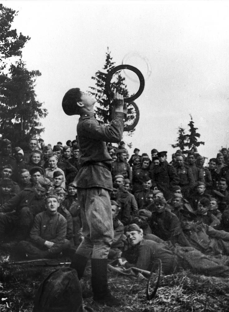 Концерт фронтовой агитбригады. 1944 г.