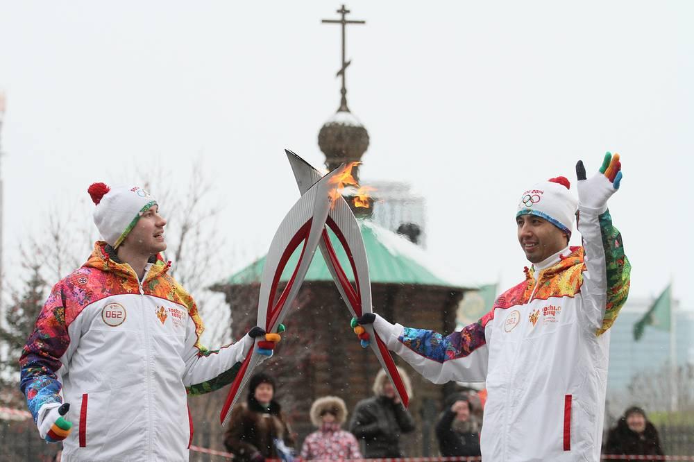 Факелоносцы во время эстафеты Олимпийского огня в Екатеринбурге