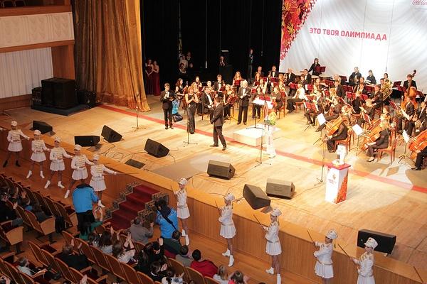 Олимпийский огонь в зале Курганской областной филармонии во время концерта, посвященного 200-летию композитора Джузеппе Верди