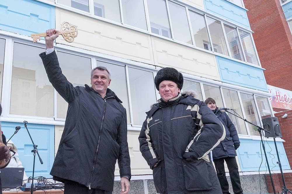 Глава Нижнего Тагила Сергей Носов (слева) с символическим ключем от новостроек