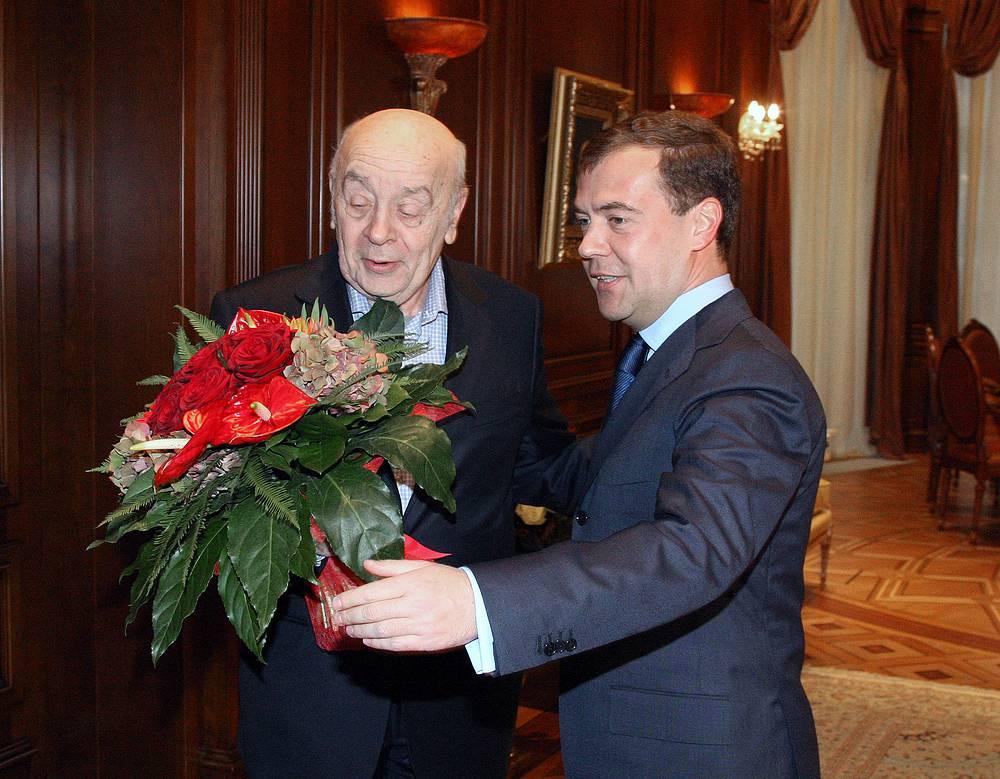 Дмитрий Медведев и актер Леонид Броневой во время встречи в резиденции «Горки», 2008 г.