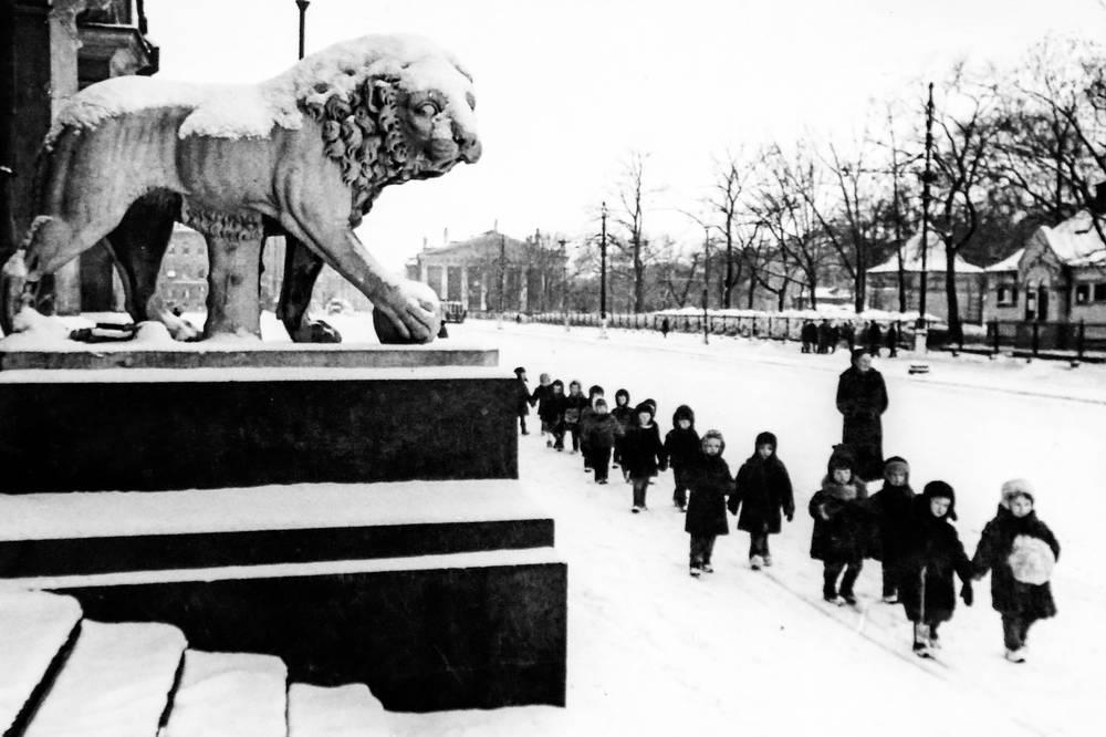 Ленинградские дети на прогулке.