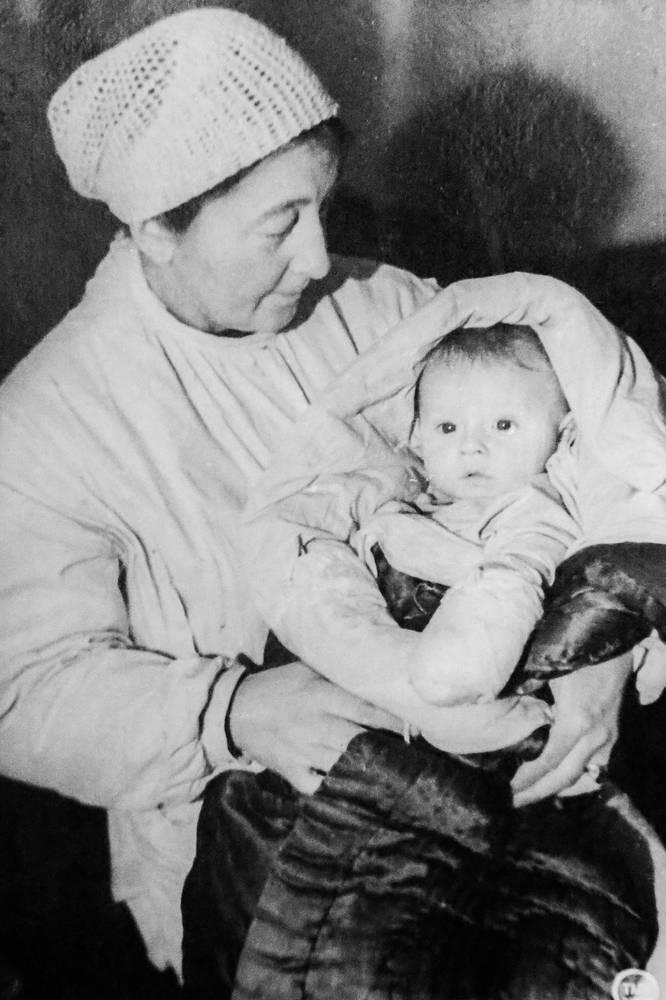 В детском госпитале медсестра с ребенком. 1943 г.