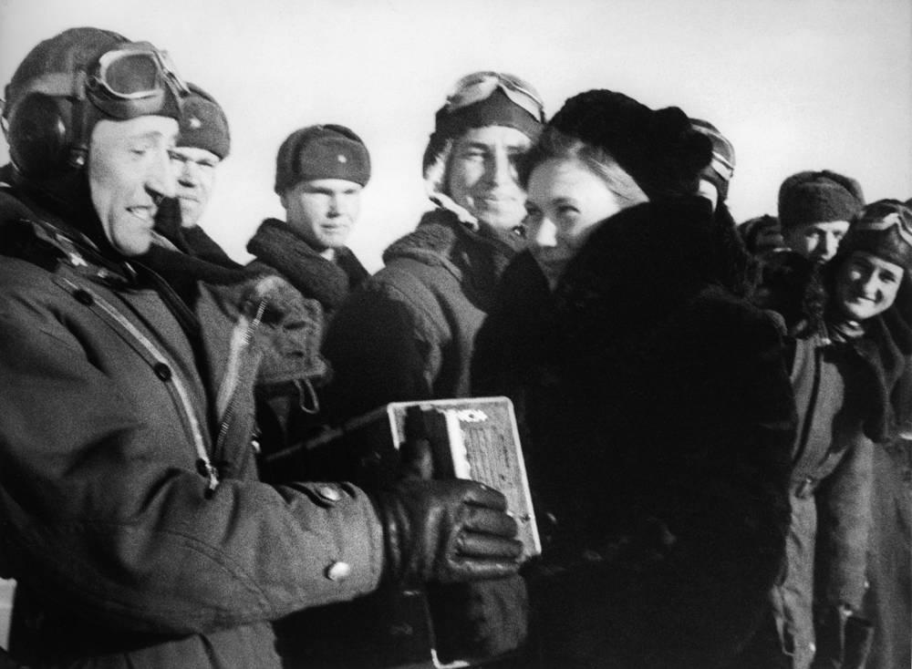 Ленинградский фронт. Делегаты одного из заводов вручают летчикам  Красной Армии подарки.