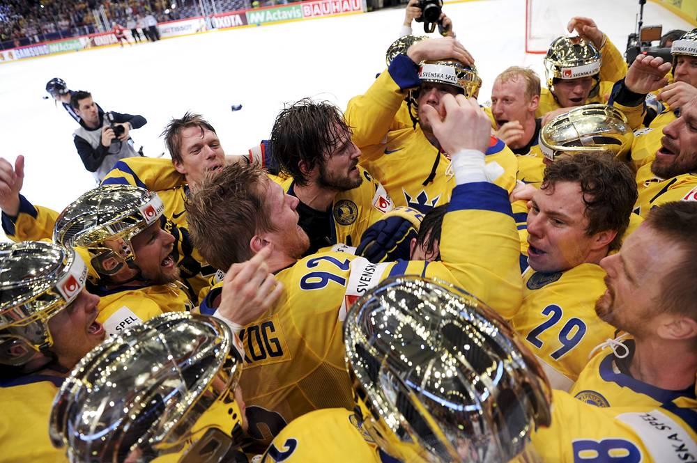 Сборная Швеции по хоккею празднует победу в финале чемпионата мира