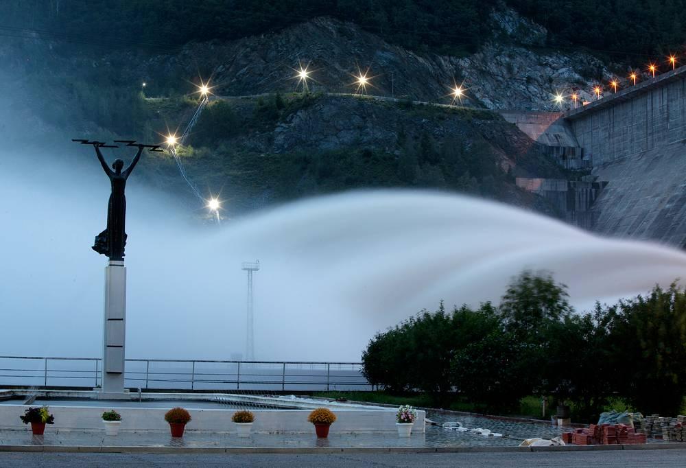 Работа Зейской ГЭС во время паводков в Амурской области. 12 августа 2013 года