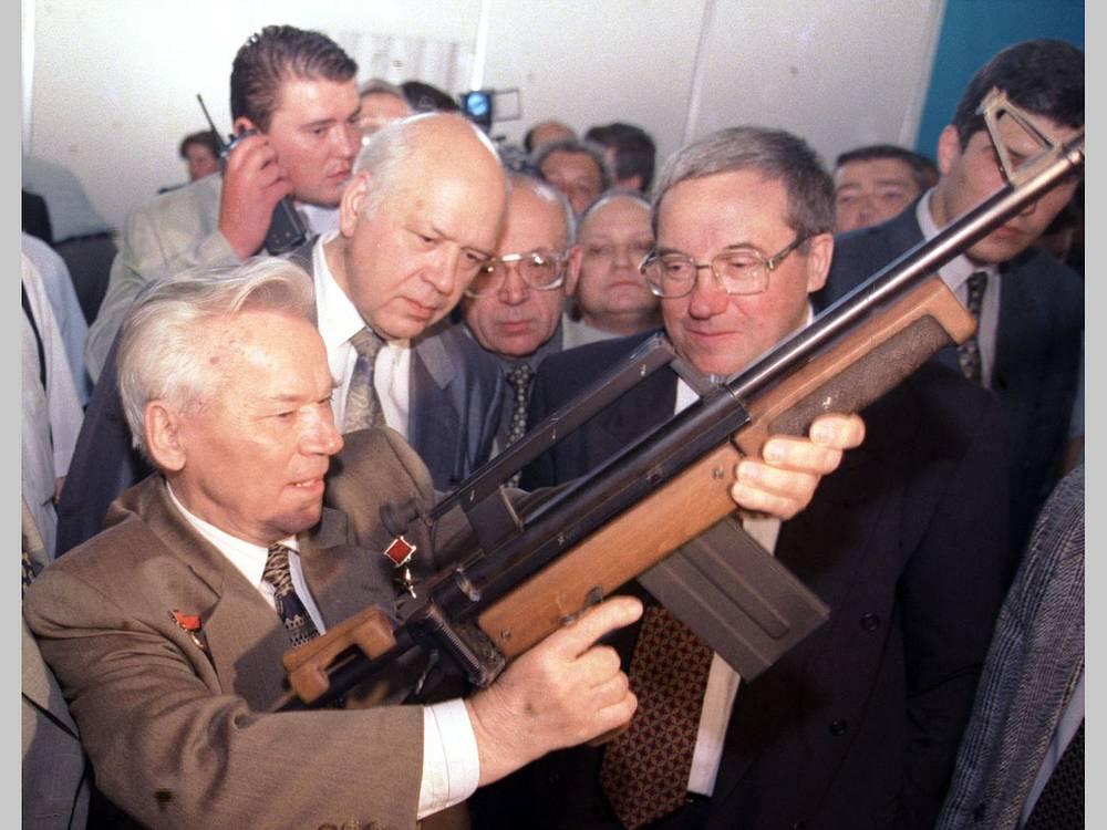 1998 г. Михаил Калашников на Московской международной оружейной выставке в Манеже.