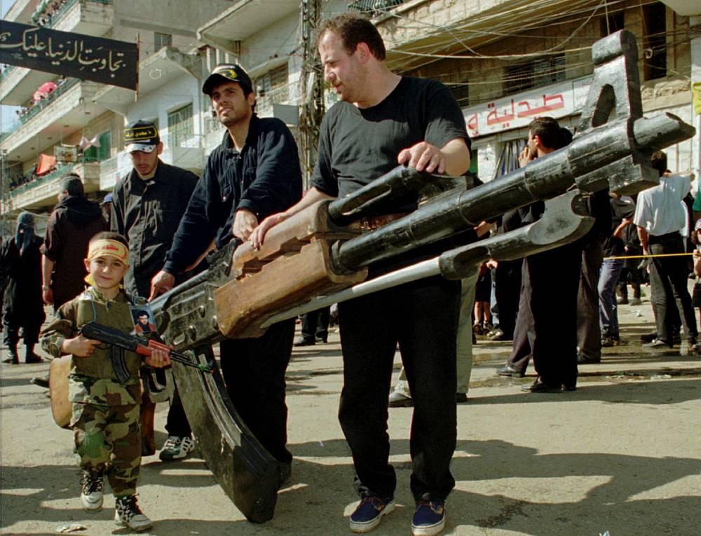 """Члены движения """"Хезболлах"""" с деревянной моделью автомата"""