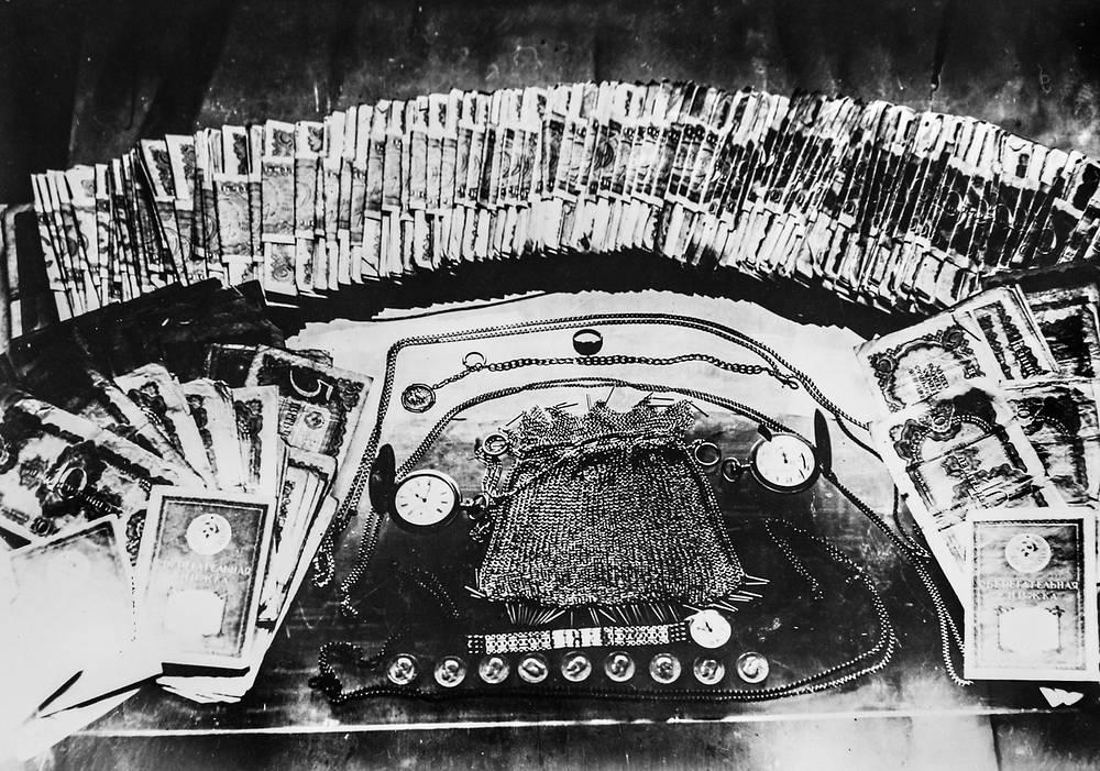 Деньги  и изделия из драгоценных металлов, изъятые сотрудниками уголовного розыска у преступников в блокадном Ленинграде.
