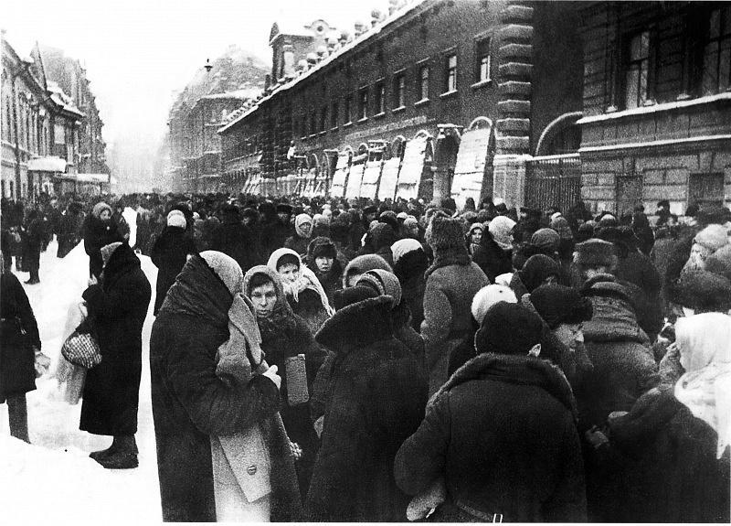 Толкучка у Кузнечного рынка в блокадном Ленинграде. Зима 1941 — 1942 гг.