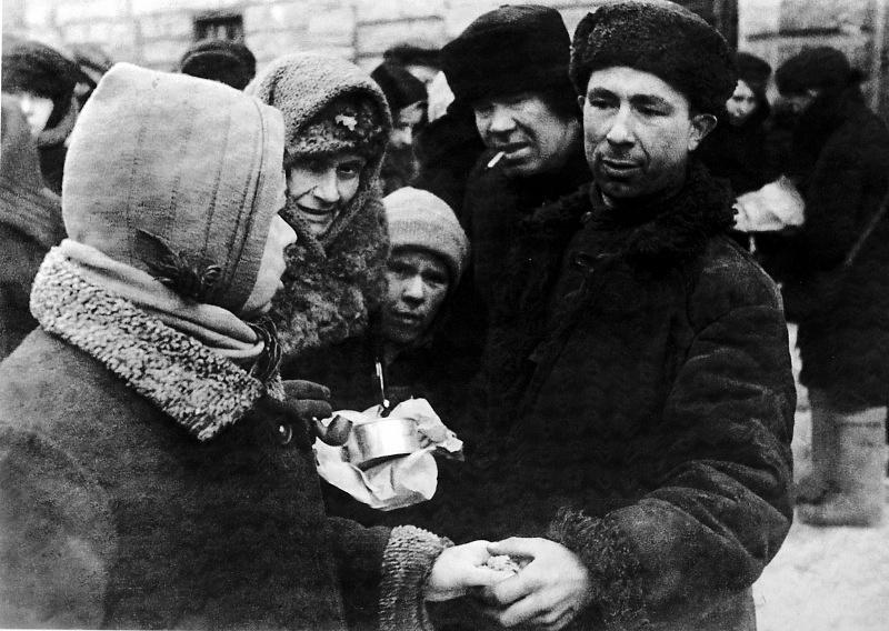 Обмен товарами на рынке блокадного Ленинграда. 1942 г.