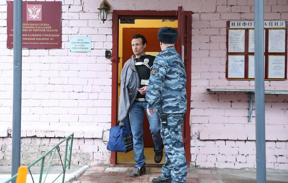 Илья Фарбер во время выхода из следственного изолятора