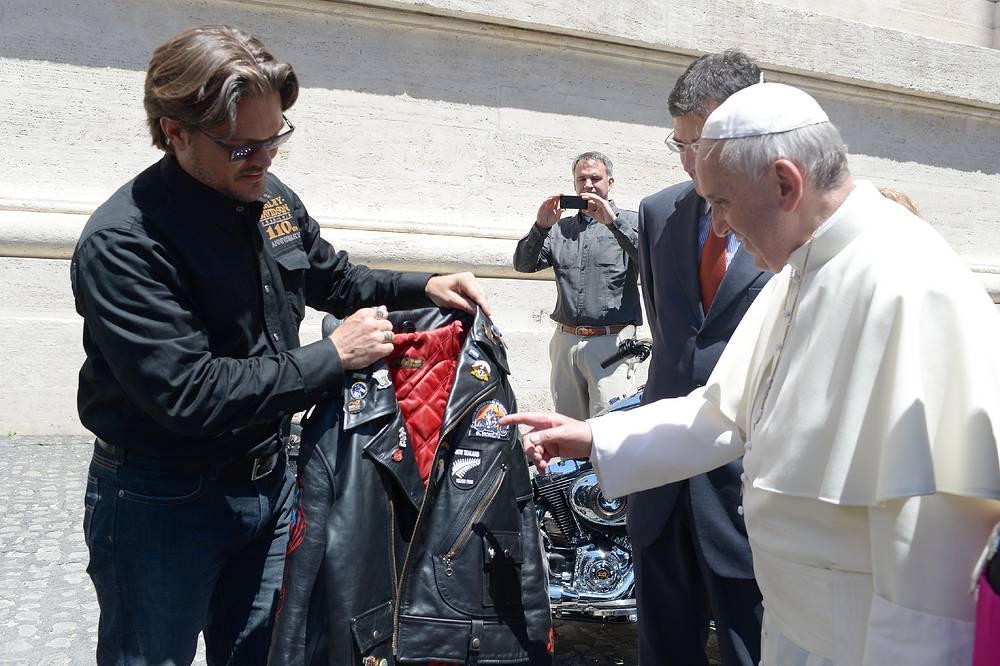 """Презентация кожаной куртки и мотоцикла """"Харлей- Дэвидсон"""" Папе Римскому Франциску в Ватикане"""
