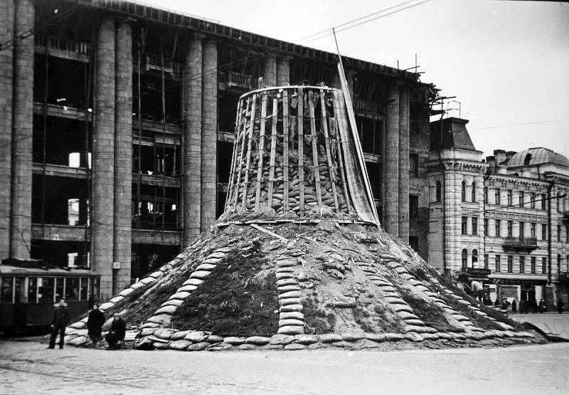 Укрытый памятник Ленину у Финляндского вокзала