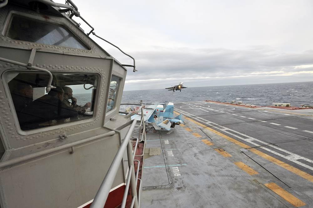 """Корабельный истребитель Су-33 заходит на посадку на борт авианосца """"Адмирал Кузнецов"""" в Баренцевом море. 20 октября 2010 г."""