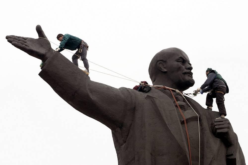 Альпинисты чистят 22-х метровую статую Ленина в Нижнем Новгороде.