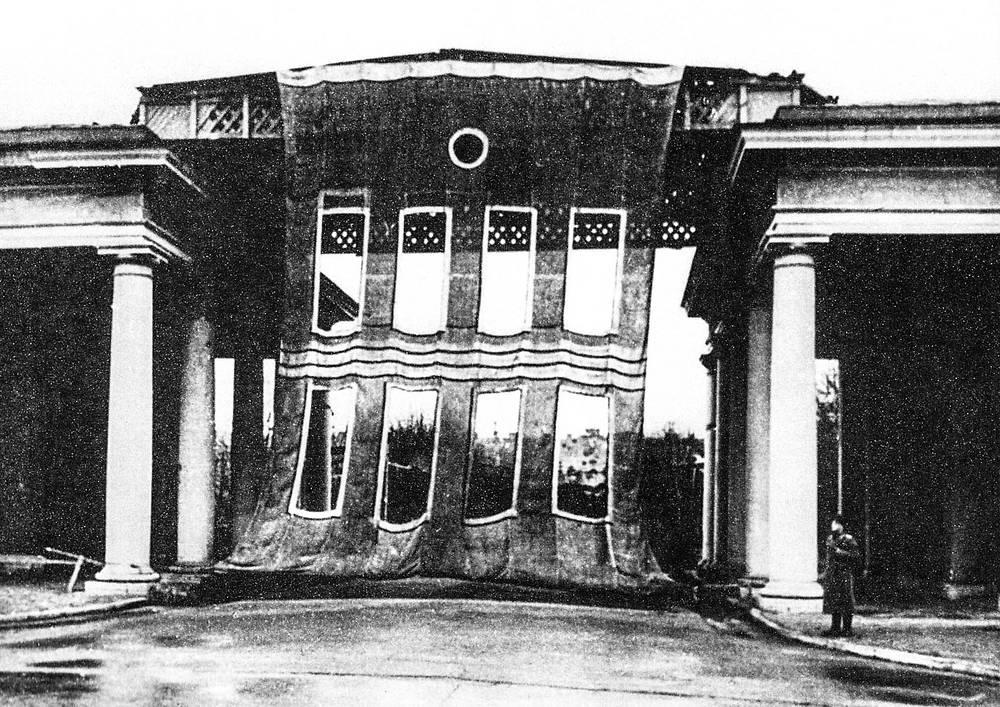 Маскировка Пропилеев Смольного, 1942 год