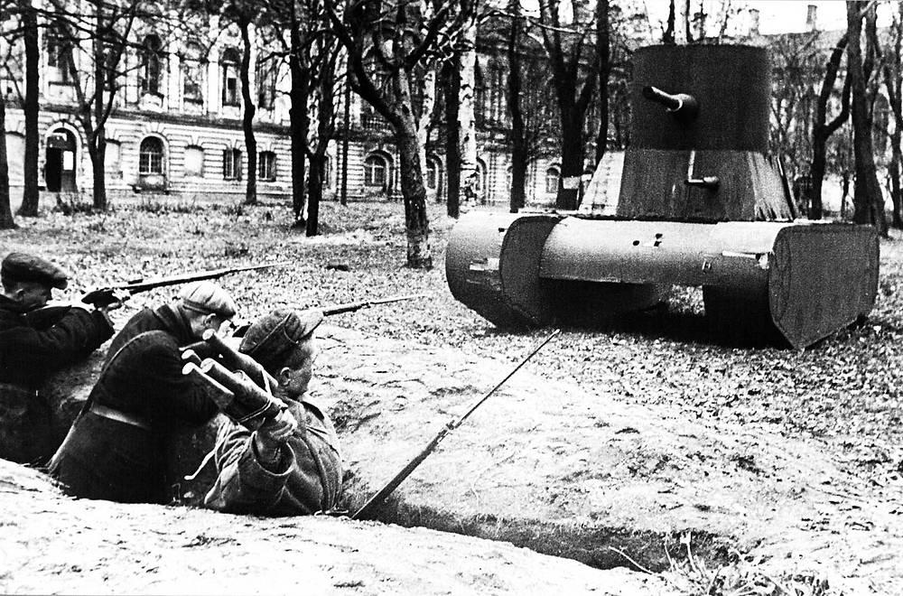 Бойцы Всеобуча Смольнинского района в парке Смольного.Тренировка по метанию гранат, 1942 год
