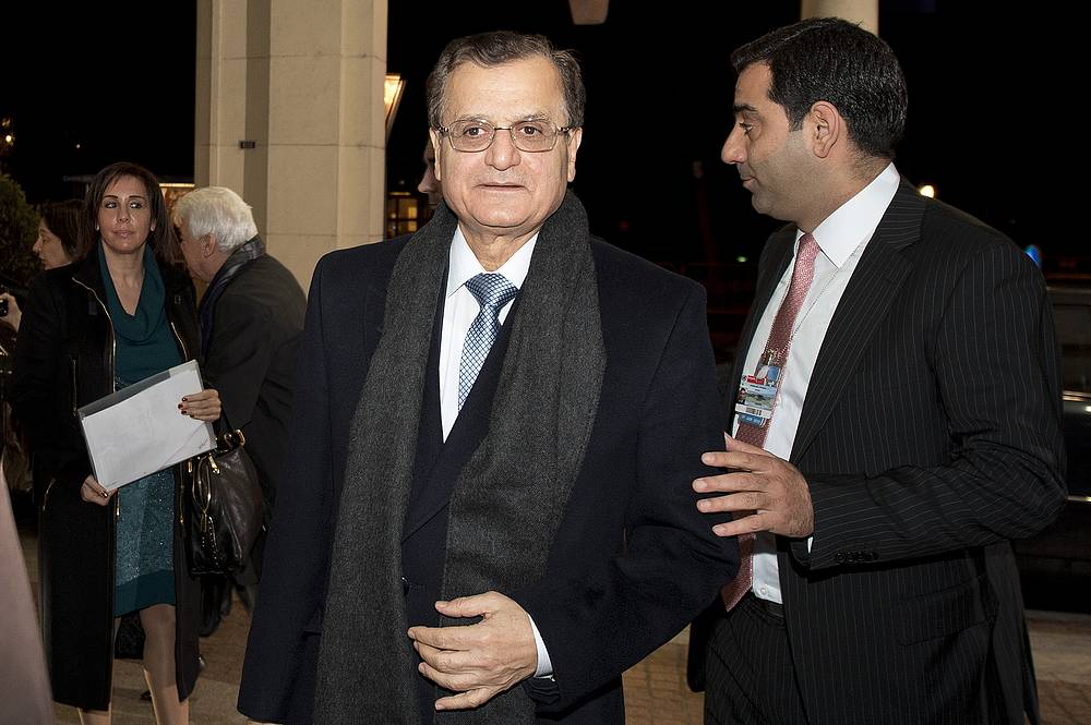 Министр иностранных дел и эмигрантов Ливана Аднан Мансур (слева)