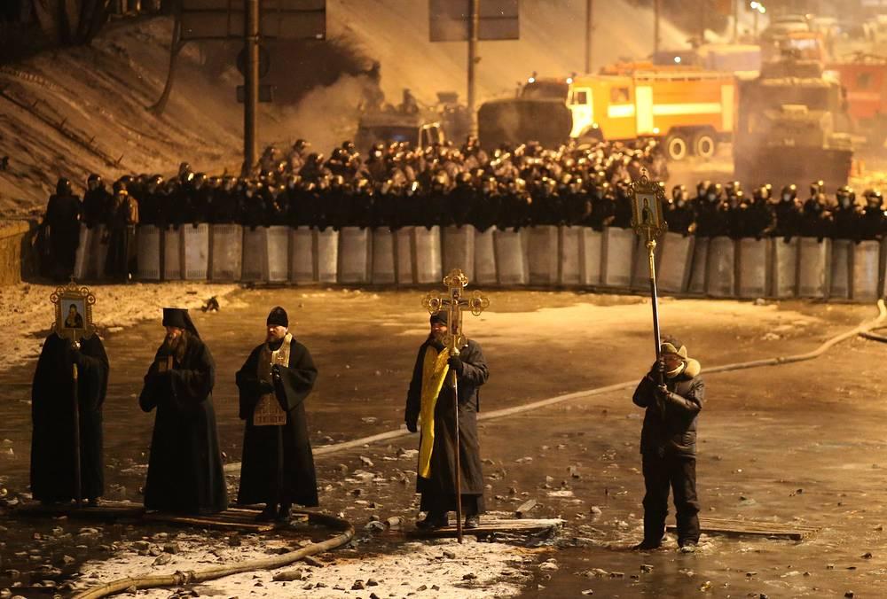Священнослужители и сотрудники правоохранительных органов на улице Грушевского в Киеве
