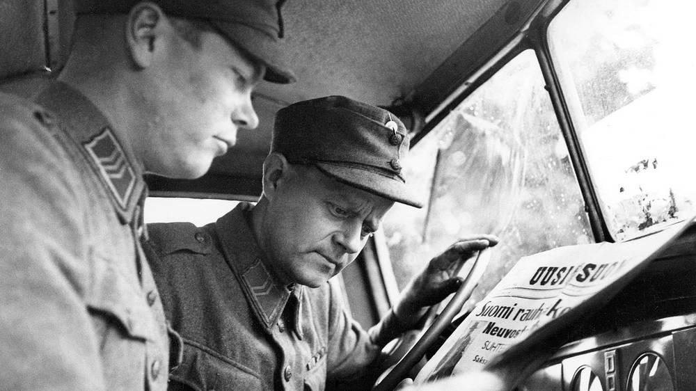 Финские солдаты читают газету с новостью о заключении советско-финского мирного договора