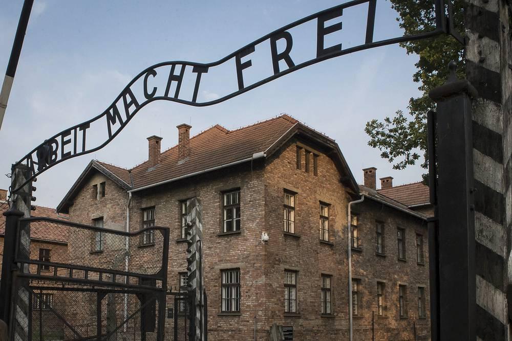 """Табличка с надписью """"Arbeit macht frei"""" /""""Труд освобождает""""/ при входе на территорию бывшего немецкого концентрационного лагеря Аушвиц"""
