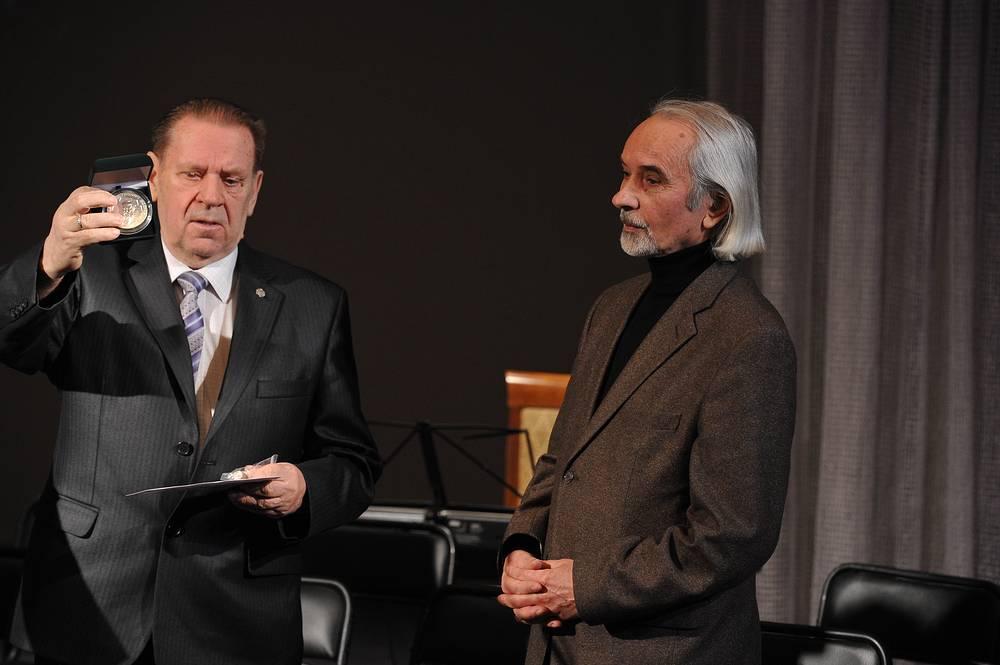 Основатель премии Николай Тимофеев вручает медаль Николаю Болдыреву (Челябинск)
