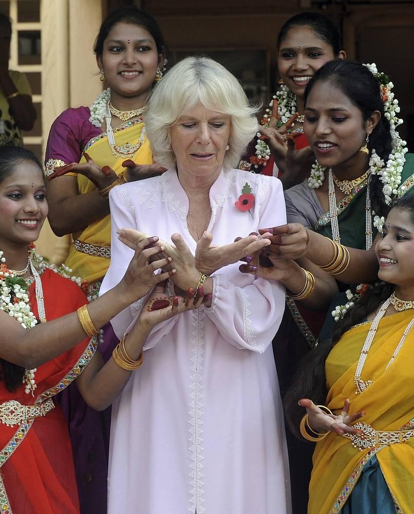 Супруга принца Уэльского Чарльза Камилла Паркер в рамках визита в Индию в ноябре прошлого года посетила занятие по классическому индийскому танцу в одной из школ в Мумбаи