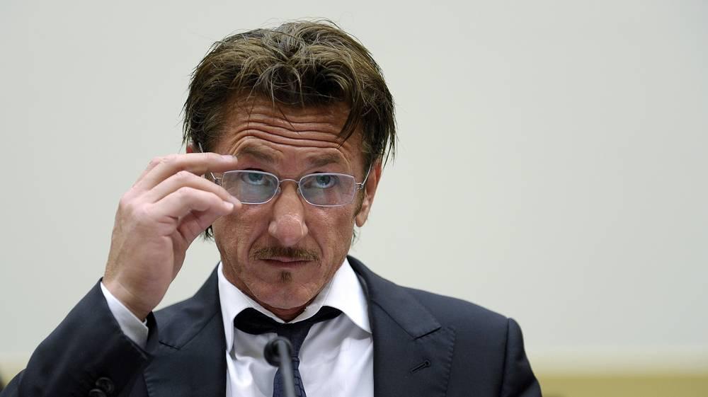 Американский актер и режиссер Шон Пенн неоднократно нападал на представителей прессы. В 2010 году суд Лос-Анджелеса приговорил актера к трем годам условного срока, признав его виновным в нападении на фотографа