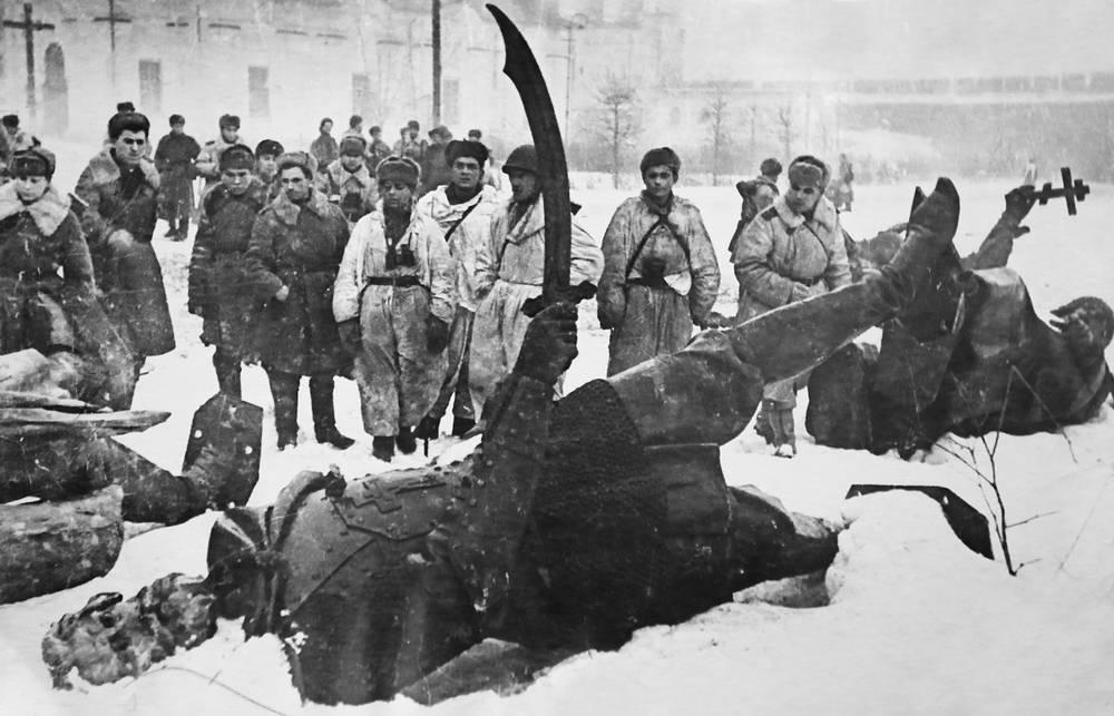 У памятника Тысячелетия России
