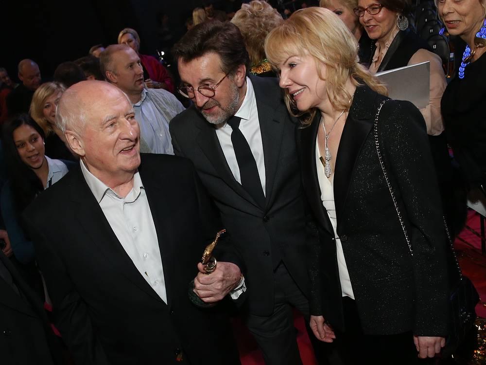 Режиссер Марк Захаров и актеры Леонид Ярмольник (слева направо), Александра Захарова перед началом церемонии