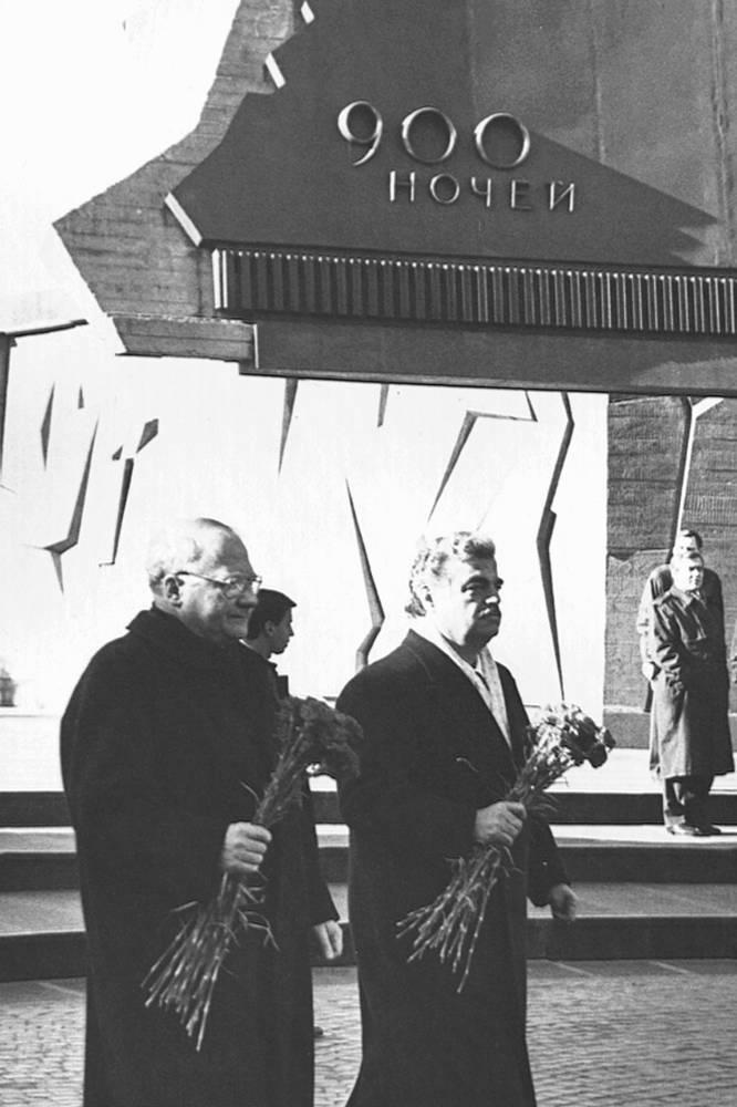 Премьер-министр Ливана Рафик Харири (справа) возлагает цветы к Монументу героическим защитникам Ленинграда на площади Победы.09.04.1997 г.